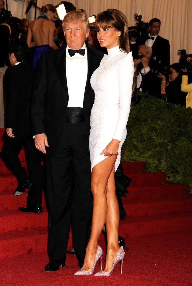 Đang toàn đi cao gót chênh vênh, bà Trump bỗng thay đổi 180 độ khi diện giày bệt hiền lành - Ảnh 4.