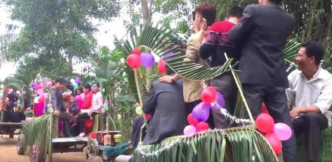 Màn rước dâu bằng 5 xe công nông của cặp đôi lệch nhau 10 tuổi ở Thanh Hóa - Ảnh 5.