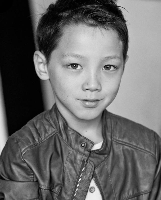 Cậu bé 9 tuổi nói thạo 4 thứ tiếng đốn tim dân mạng bằng vẻ đẹp lai ngọt ngào - Ảnh 8.