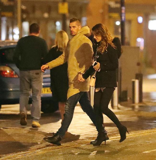 Mata dắt bạn gái đi ăn tối chia tay sao Man Utd - Ảnh 1.