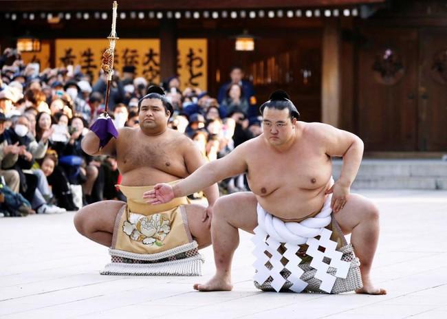 18.000 người nô nức mừng sumo Nhật nhận danh hiệu Thiên hạ vô song sau 20 năm - Ảnh 3.