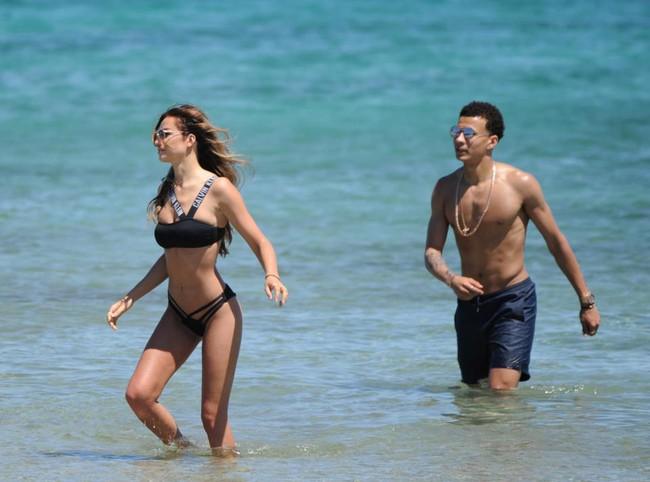 Dele Alli về vùng biển vắng cùng bạn gái người mẫu nội y - Ảnh 2.