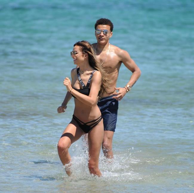Dele Alli về vùng biển vắng cùng bạn gái người mẫu nội y - Ảnh 6.