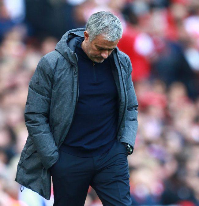 Dàn sao Man Utd mặt như đưa đám trở về Manchester, nhưng Mourinho đã ở đâu? - Ảnh 9.