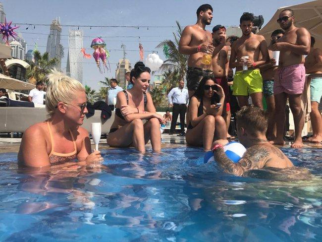 Justin Bieber khoe body, tán tỉnh các người đẹp nóng bỏng bên bể bơi - Ảnh 4.