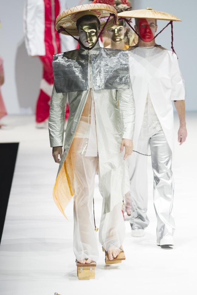 Ô kìa, món gì trông như nón quai thao và mấn của Việt Nam trên sàn diễn New York Fashion Week! - Ảnh 5.