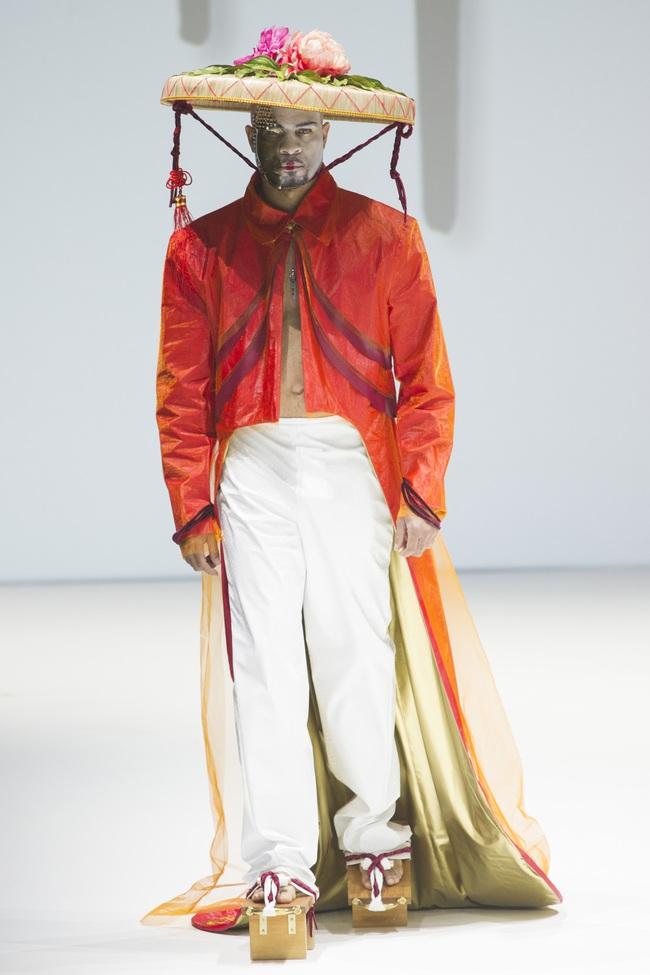 Ô kìa, món gì trông như nón quai thao và mấn của Việt Nam trên sàn diễn New York Fashion Week! - Ảnh 6.