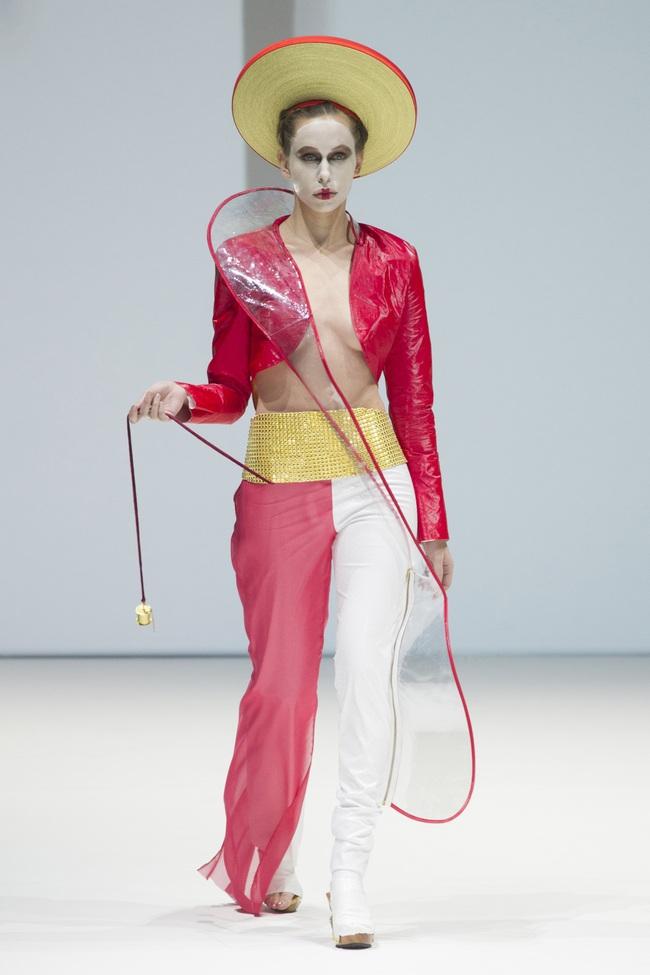 Ô kìa, món gì trông như nón quai thao và mấn của Việt Nam trên sàn diễn New York Fashion Week! - Ảnh 1.