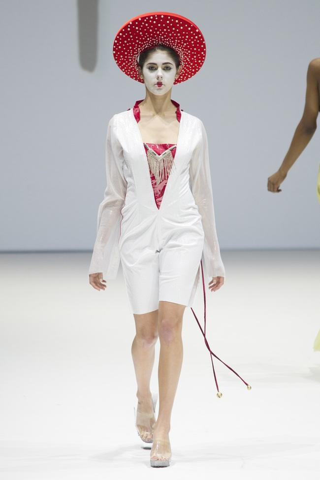 Ô kìa, món gì trông như nón quai thao và mấn của Việt Nam trên sàn diễn New York Fashion Week! - Ảnh 2.