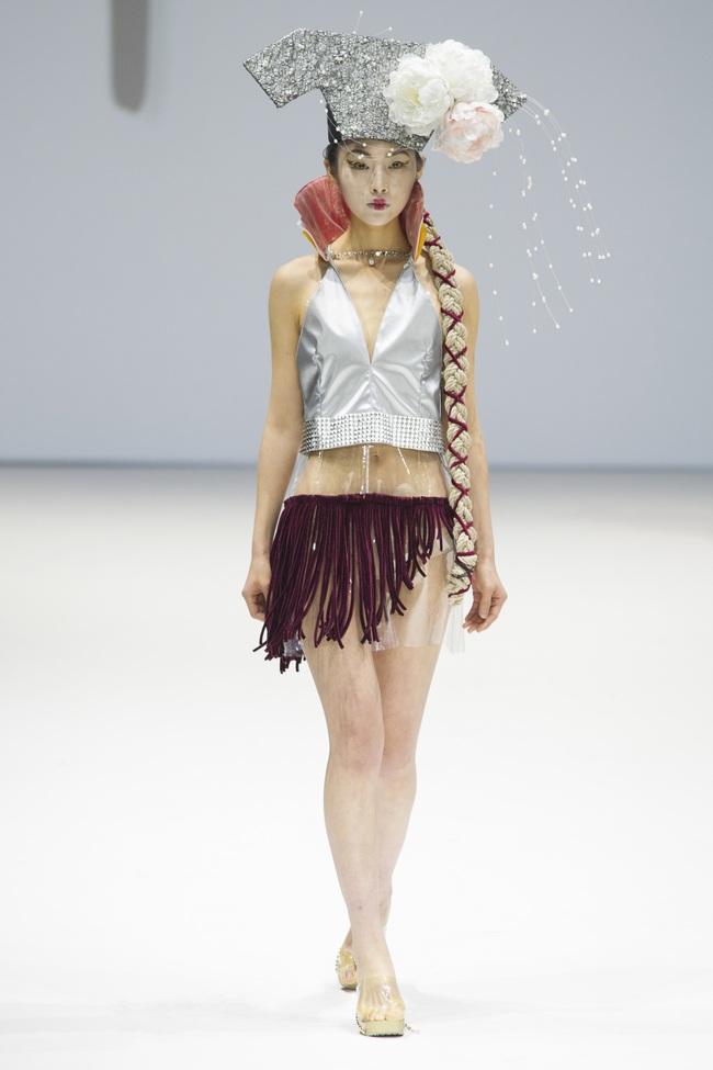 Ô kìa, món gì trông như nón quai thao và mấn của Việt Nam trên sàn diễn New York Fashion Week! - Ảnh 7.