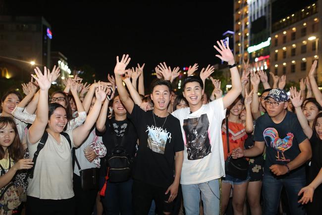 Noo Phước Thịnh cùng rapper Basick làm náo loạn phố đi bộ về đêm - Ảnh 1.
