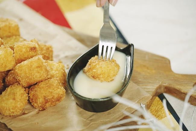 Xem clip để thấy làm món sữa tươi chiên nổi tiếng không khó như bạn tưởng - Ảnh 10.