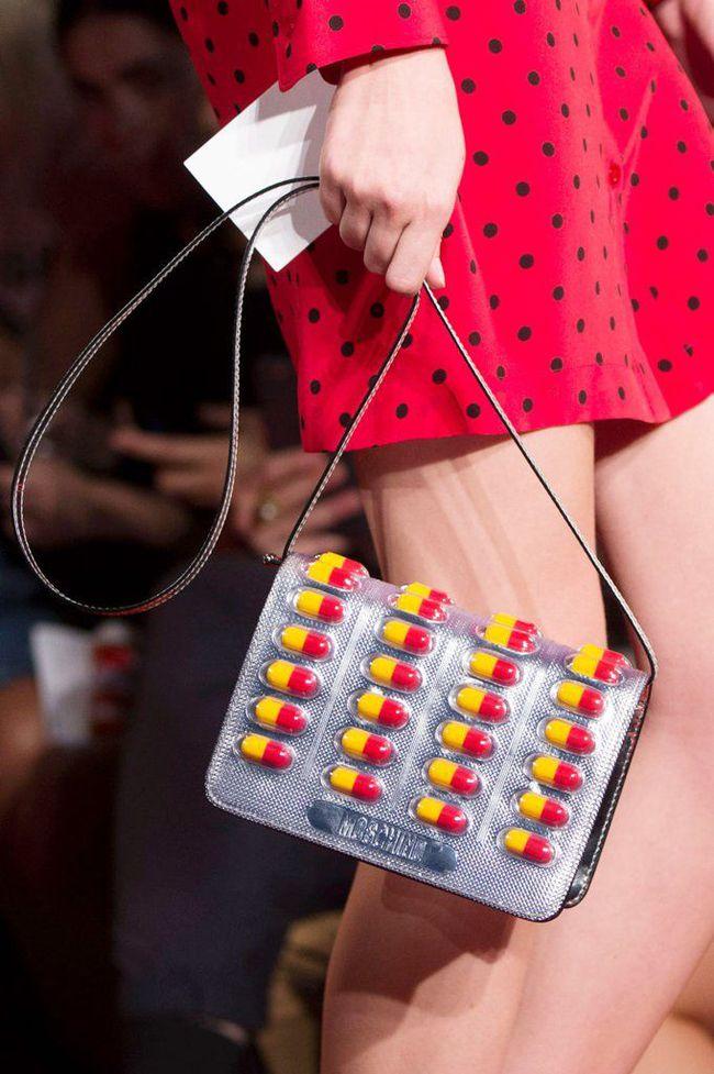 Moschino ra mắt túi xách hình vỉ thuốc giá... 25 triệu đồng - Ảnh 1.