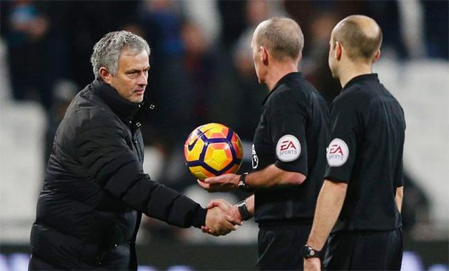 Man Utd hưởng lợi từ trọng tài, Mourinho nhún vai coi khinh - Ảnh 1.