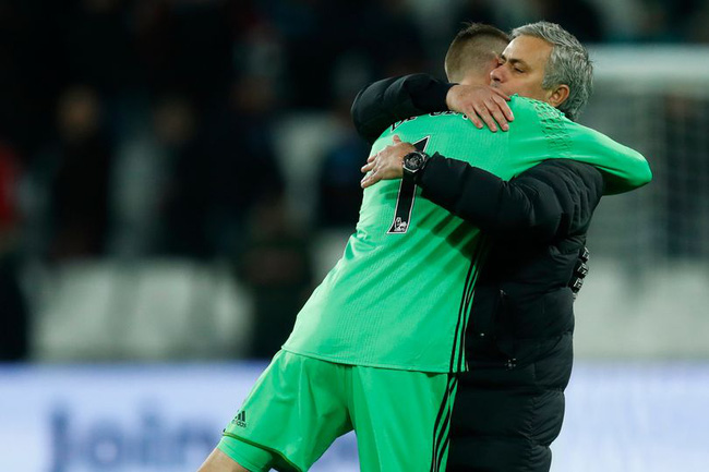 Man Utd hưởng lợi từ trọng tài, Mourinho nhún vai coi khinh - Ảnh 3.