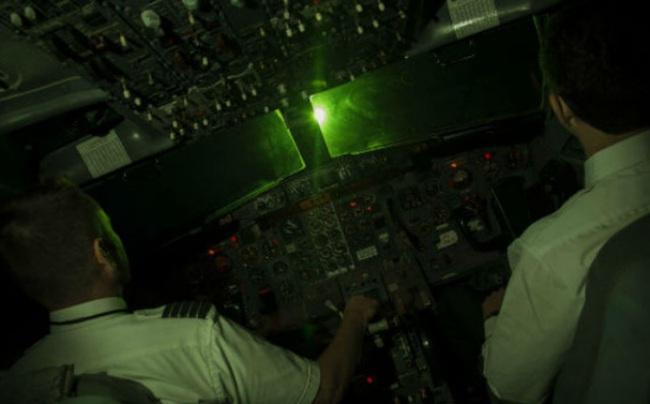 Máy Bay Vietnam Airlines tiếp tục bị chiếu laser ở Nội Bài