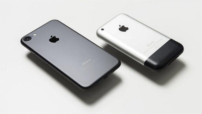 10 năm trước, iPhone lần đầu tiên về Việt Nam với giá nghìn đô nhưng... không dùng được - Ảnh 1.
