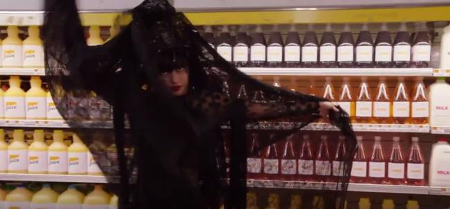 Thí sinh Next Top Mỹ ngã sấp mặt khi mang giày của Lady Gaga - Ảnh 4.
