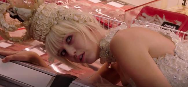 Thí sinh Next Top Mỹ ngã sấp mặt khi mang giày của Lady Gaga