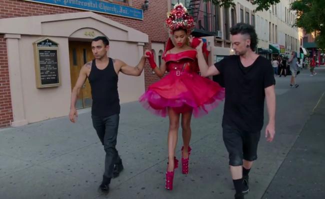 Thí sinh Next Top Mỹ ngã sấp mặt khi mang giày của Lady Gaga - Ảnh 5.