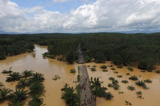 Thái Lan lụt do mưa trái mùa, 25 người thiệt mạng - Ảnh 1.