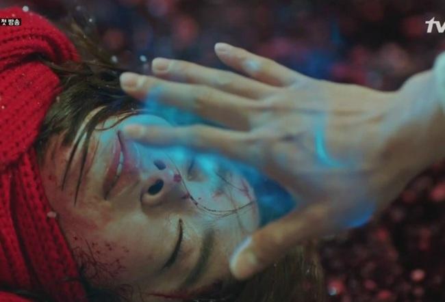 """Lại một giả thiết """"sốc não"""" của Goblin: Eun Tak được sinh ra là nhờ hồn ma gian thần Park? - Ảnh 3."""