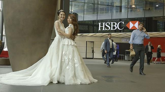 Cô dâu đồng tính được sếp dẫn lên lễ đường vì bố đẻ từ chối có mặt - Ảnh 1.