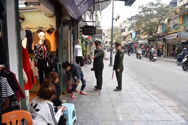 Chùm ảnh: Trung tâm quận Hoàn Kiếm đồng loạt ra quân giữ trật tự vỉa hè phố cổ - Ảnh 1.