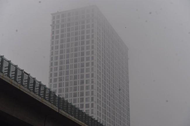 Chùm ảnh: Hà Nội mờ ảo trong sương mù dày đặc ngày cuối tuần - Ảnh 2.