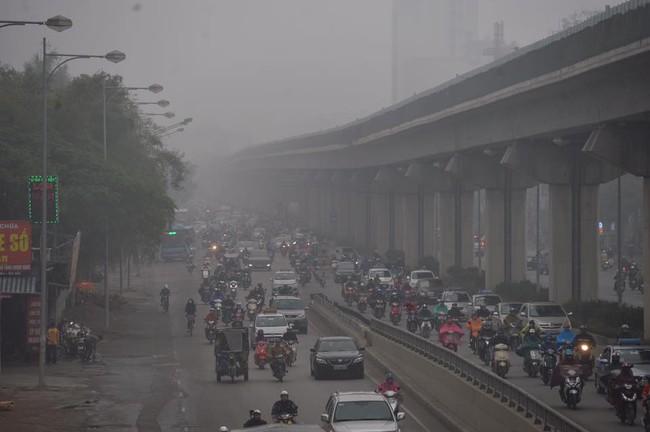 Chùm ảnh: Hà Nội mờ ảo trong sương mù dày đặc ngày cuối tuần - Ảnh 3.