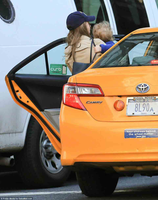 Ái nữ nhà Clinton bị bắt gặp đón taxi đưa con đi học - Ảnh 2.