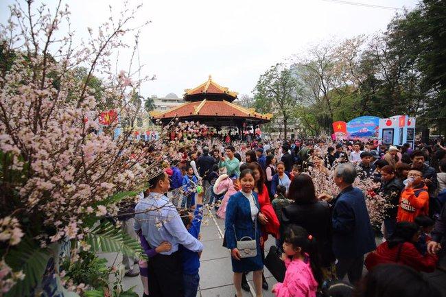 Nắng đẹp sau nhiều ngày mưa phùn, người dân Thủ đô ùn ùn kéo nhau lên phố đi bộ - Ảnh 6.