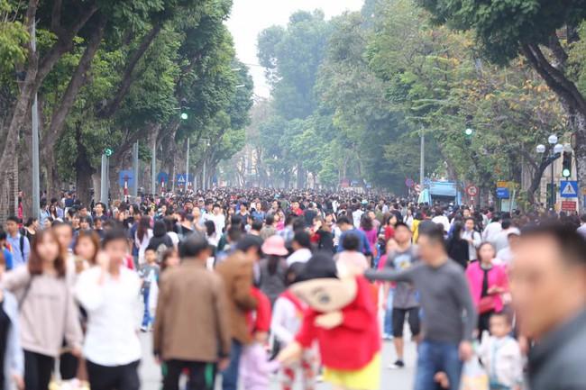 Nắng đẹp sau nhiều ngày mưa phùn, người dân Thủ đô ùn ùn kéo nhau lên phố đi bộ - Ảnh 9.