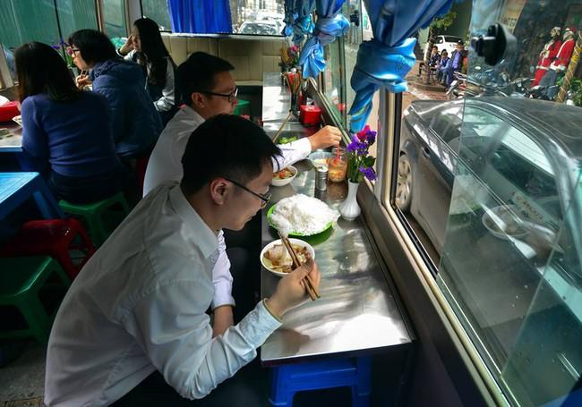Xuất hiện quán ăn phục vụ ngay trên ô tô 29 chỗ sau chiến dịch đòi lại vỉa hè ở Hà Nội - Ảnh 2.