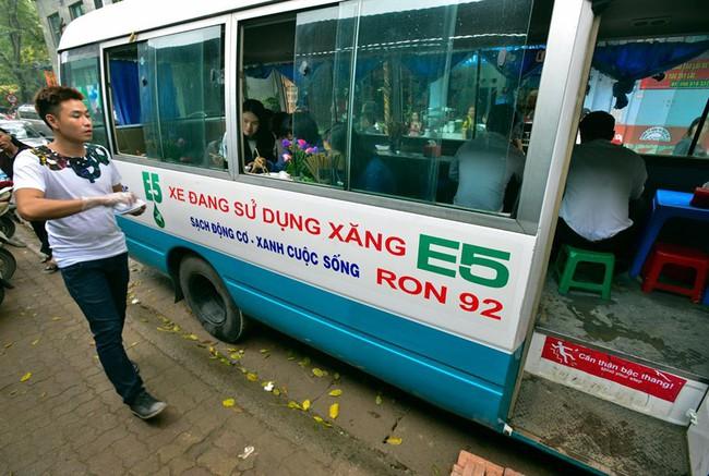 Xuất hiện quán ăn phục vụ ngay trên ô tô 29 chỗ sau chiến dịch đòi lại vỉa hè ở Hà Nội - Ảnh 1.