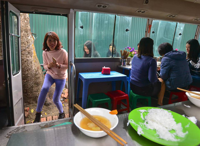 Xuất hiện quán ăn phục vụ ngay trên ô tô 29 chỗ sau chiến dịch đòi lại vỉa hè ở Hà Nội - Ảnh 7.