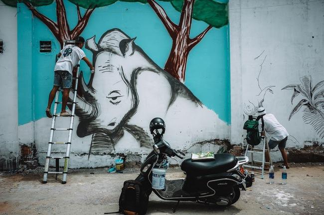 Biến hóa 17 bức tường trong con hẻm Sài Gòn thành những bức vẽ graffiti thú vị về loài tê giác - Ảnh 7.