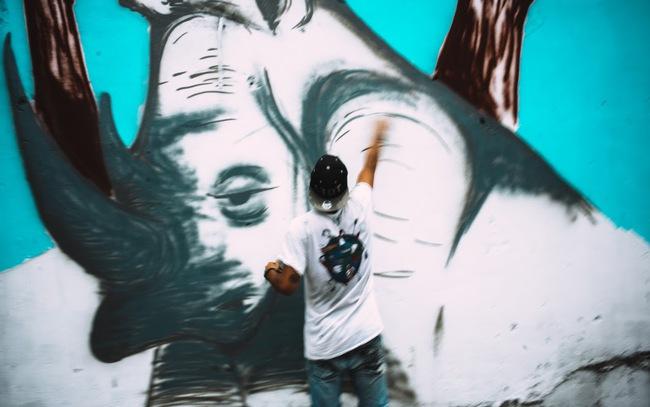 Biến hóa 17 bức tường trong con hẻm Sài Gòn thành những bức vẽ graffiti thú vị về loài tê giác - Ảnh 3.