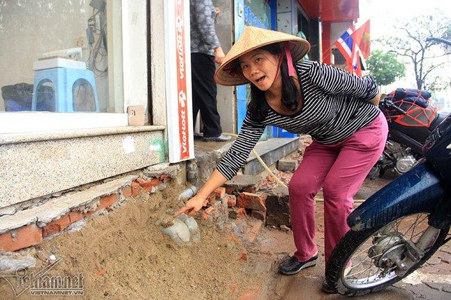 Hà Nội: Bắc ghế, kê bao tải trèo vào nhà - Ảnh 6.