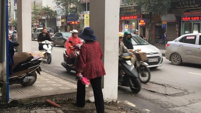 Clip: Cận cảnh ngôi nhà đặc biệt ôm trọn vỉa hè trên đường phố Hà Nội - Ảnh 4.