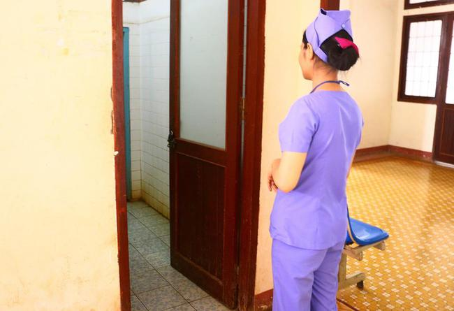 Phát hiện 2 thai nhi còn nguyên dây rốn trong sọt rác bệnh viện - ảnh 1