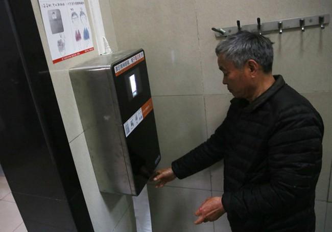 Trung Quốc dùng máy nhận diện khuôn mặt để ngăn nạn trộm giấy toilet - ảnh 1