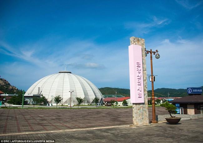 Bên trong thị trấn ma đầy đủ tiện nghi ở Triều Tiên - Ảnh 1.