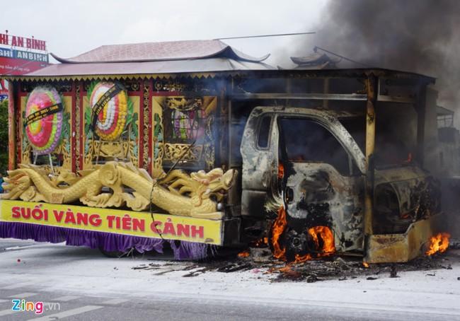 Tin tức mới nhất: Xe tang bốc cháy ngùn ngụt giữa quốc lộ - Ảnh 2.