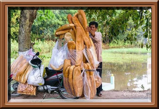 Xôn xao hình ảnh những chiếc bánh mì khổng lồ thu hút người dân ở An Giang - Ảnh 4.