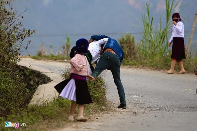 Cảnh bắt người về làm vợ giữa đường vắng ở Hà Giang - Ảnh 11.