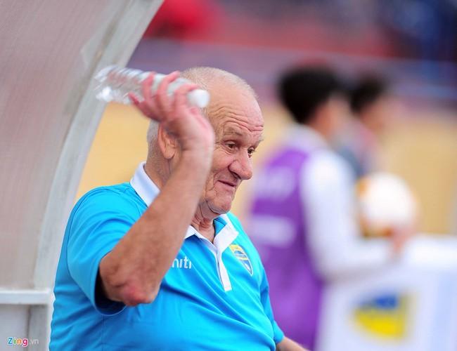 HLV ngoại ném chai nước, cầu thủ Thanh Hóa cởi áo đòi xử trọng tài - Ảnh 11.