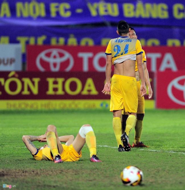 HLV ngoại ném chai nước, cầu thủ Thanh Hóa cởi áo đòi xử trọng tài - Ảnh 13.