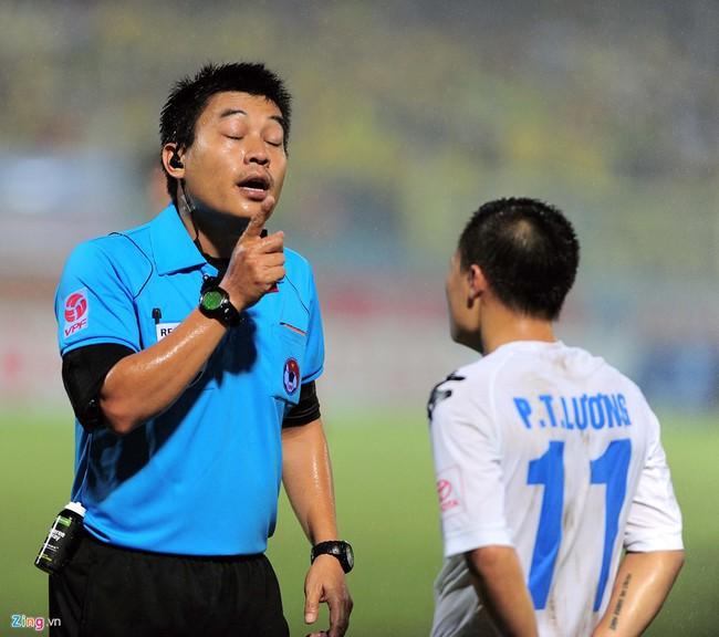 HLV ngoại ném chai nước, cầu thủ Thanh Hóa cởi áo đòi xử trọng tài - Ảnh 14.