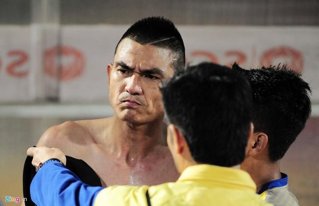 HLV ngoại ném chai nước, cầu thủ Thanh Hóa cởi áo đòi xử trọng tài - Ảnh 15.